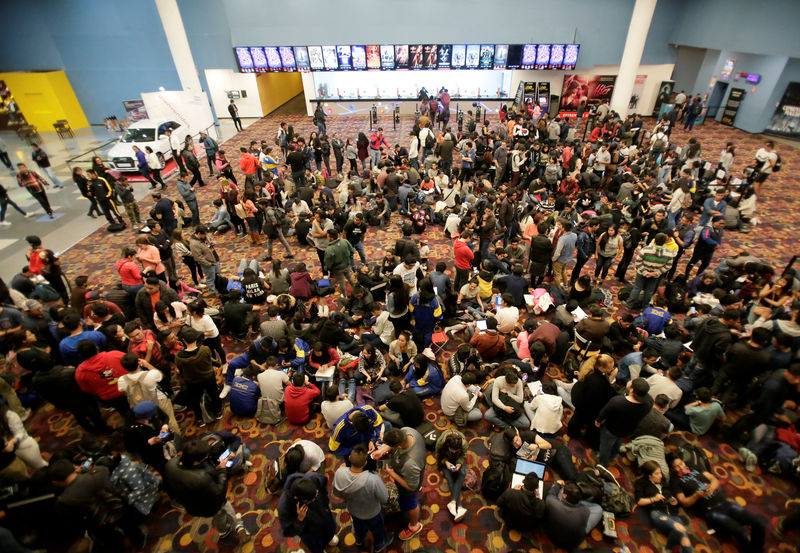 © Reuters. FILE PHOTO: Fans of the Avengers wait for an early premiere of
